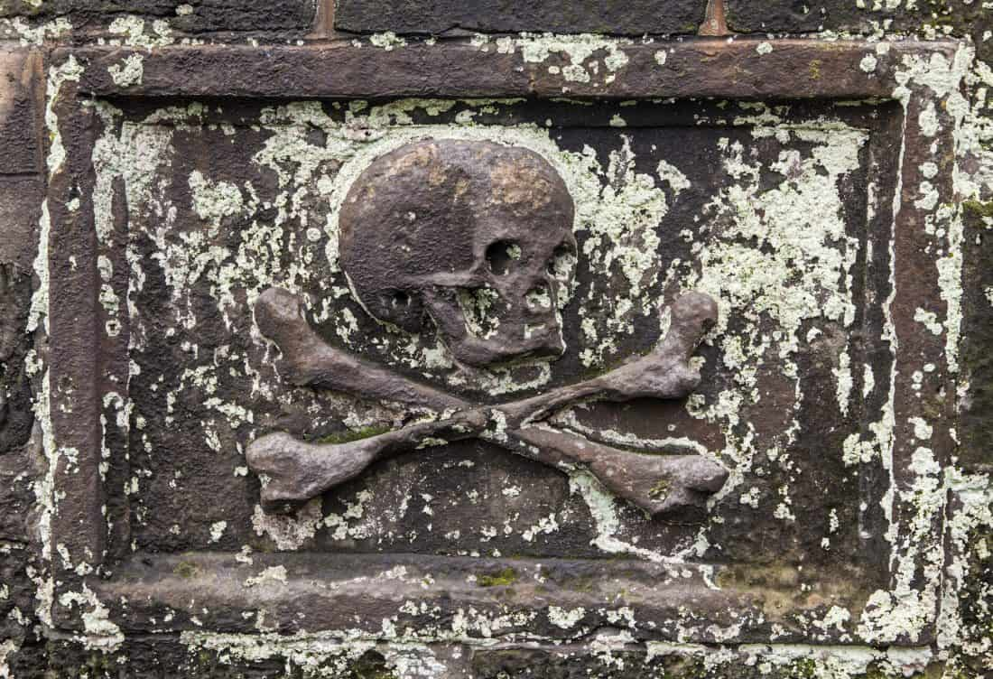 skull and crossbone tombstone